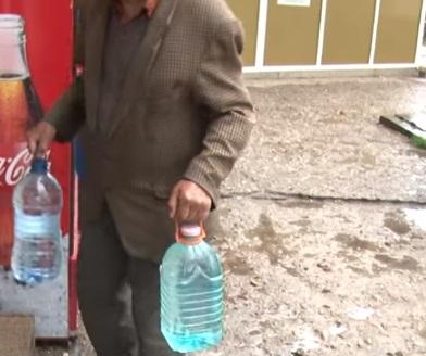 FACTURILE VECINILOR I-AU LĂSAT FĂRĂ APĂ