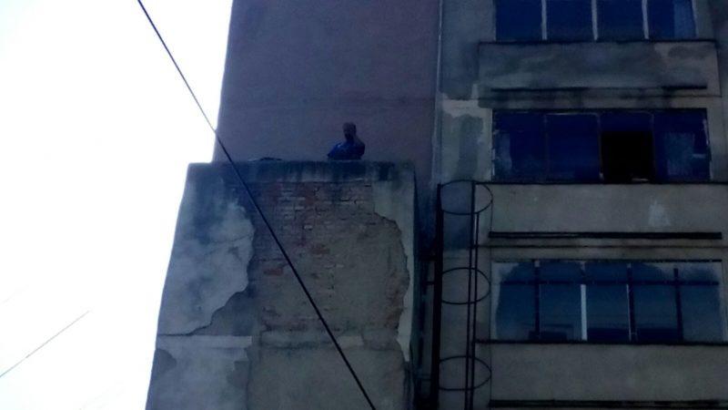 TENTATIVĂ DE SUICID. AMENINȚĂ CĂ SE ARUNCĂ DE PE BLOC