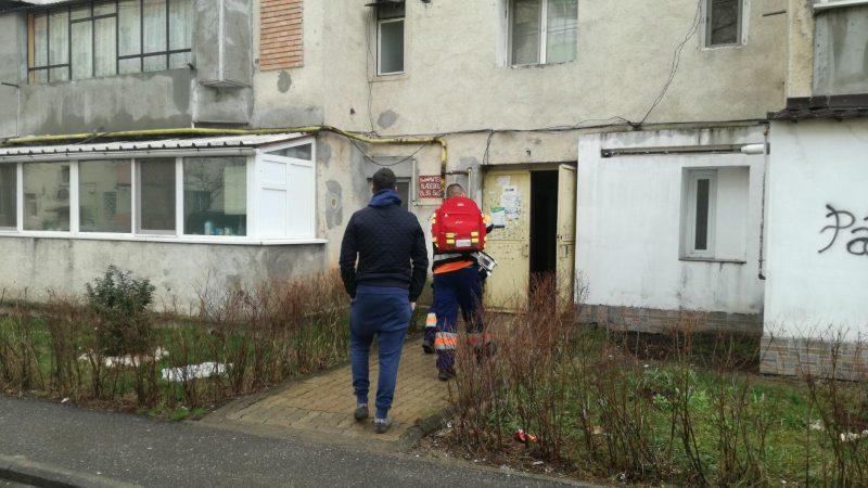 UN BĂRBAT DE 45 DE ANI A FOST GĂSIT SPÂNZURAT ÎN APARTAMENT
