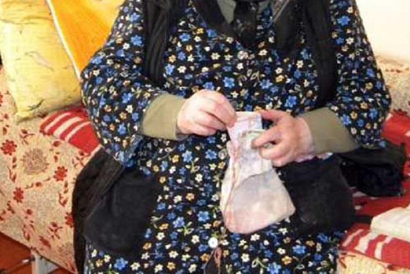 PĂCĂLITĂ DE ESCROCI. O BĂTRÂNĂ DIN DÂMBOVIȚA A RĂMAS FĂRĂ 9.500 DE LEI