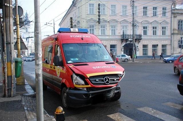 AMBULANȚĂ SMURD, IMPLICATĂ ÎNTR-UN ACCIDENT