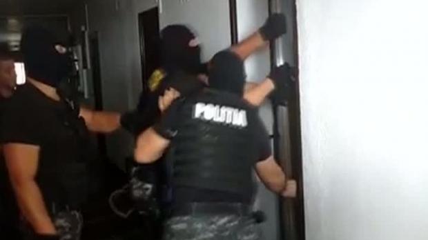 POLIȚIST URMĂRIT CU TOPORUL DE CĂTRE UN INDIVID ! MASCAȚII AU INTERVENIT ÎN FORȚĂ!
