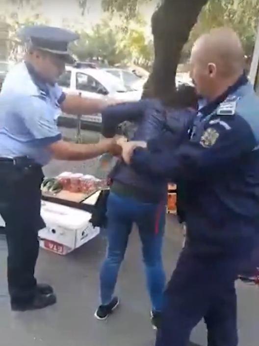 VÂNZĂTOARE ÎNCĂTUȘATĂ DE POLIȚIE