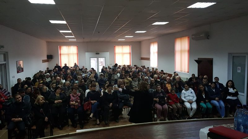 DEMONSTRAȚIE DE FORȚĂ A PSD, LA ȘOTÂNGA, COMUNA ÎN CARE ȚUȚUIANU UMBLA SINGUR PE STRADĂ ȘI ÎMPĂRȚEA ZIARE