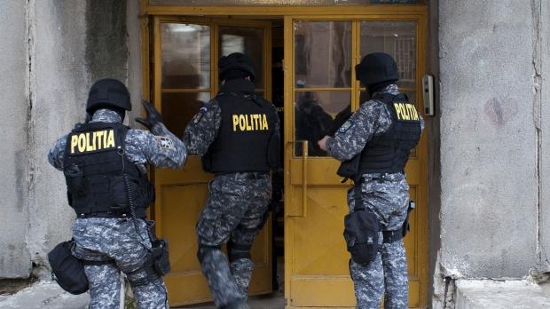 POLIȚIȘTII DIN RĂCARI DESCIND ÎN BUCUREȘTI LA PERSOANE CERCETATE ÎNTR-UN DOSAR PRIVIND ÎNMATRICULĂRILE UNOR MAȘINI
