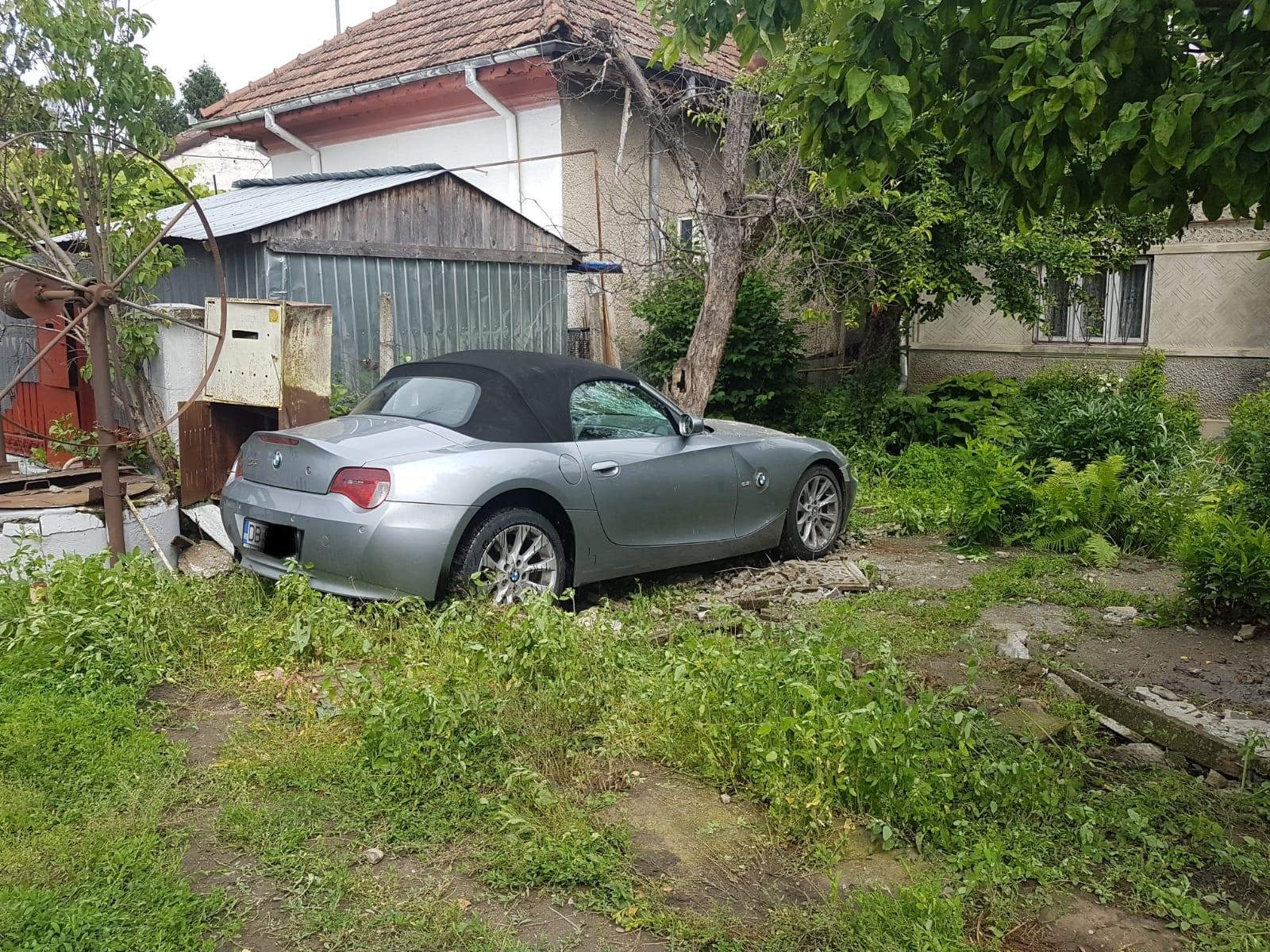 UN TÂNĂR CU BMW A DERAPAT ȘI A ACCIDENTAT UN MUNCITOR CARE LUCRA LA ASFALTAREA STRĂZII, LA RĂZVAD
