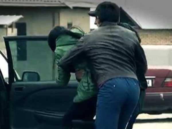 FETIŢĂ DE 13 ANI RĂPITĂ DE PE STRADĂ! POLIŢIA DÂMBOVIŢA I-A PRINS PE SUSPECŢI ÎN 20 DE MINUTE