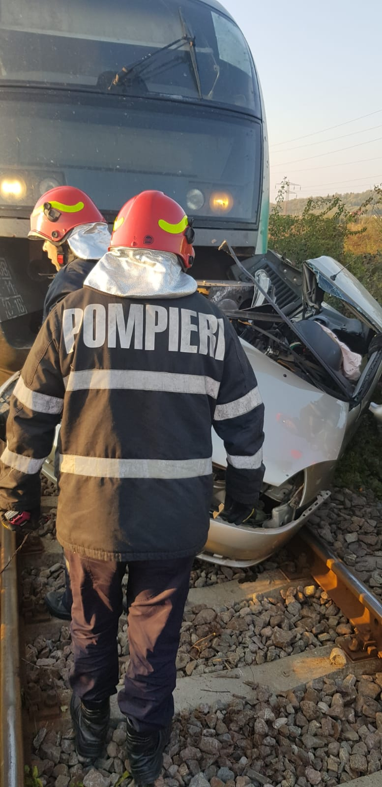 TRAGEDIE ÎN DÂMBOVIȚA! DOUĂ PERSOANE AU MURIT ÎNTR-UN AUTOTURISM LOVIT DE TREN