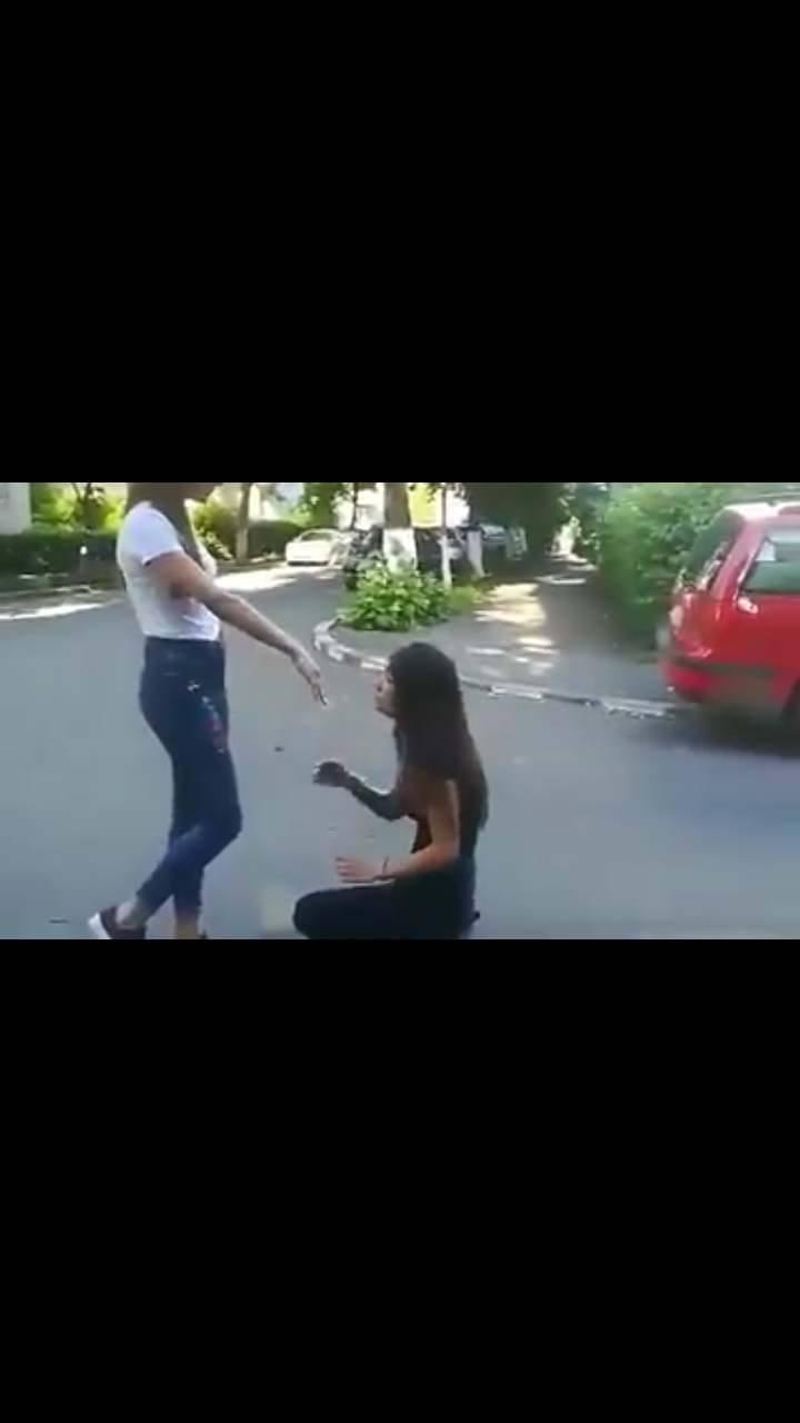 ELEVĂ BĂTUTĂ DE COLEGE