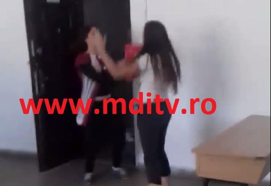 EXCLUSIV!  ELEVĂ BĂTUTĂ ȘI UMILITĂ DE O COLEGĂ, ÎN CLASĂ – VIDEO!