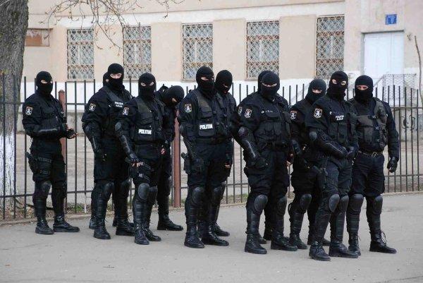 DÂMBOVIȚA! POLIȚIA SCOATE ÎN STRADĂ 500 DE POLIȚIȘTI, INCLUSIV MASCAȚII, DE REFERENDUM