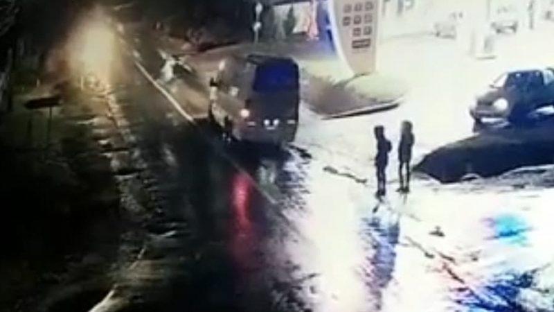 IMAGINI TULBURĂTOARE DE LA ACCIDENTUL DE LA RACOVIȚA! O FEMEIE DE 40 DE ANI A MURIT SUB OCHII FIICEI SALE