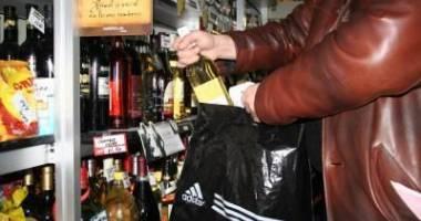 SPARGERI PE BANDĂ RULANTĂ. UN BĂRBAT A FURAT 60 DE STICLE DE ALCOOL ȘI A ÎNCERCAT SĂ PĂTRUNDĂ ÎN MAI MULTE MAGAZINE